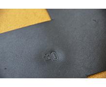 ロゴを型押しした黒革。これから外装へと加工される。